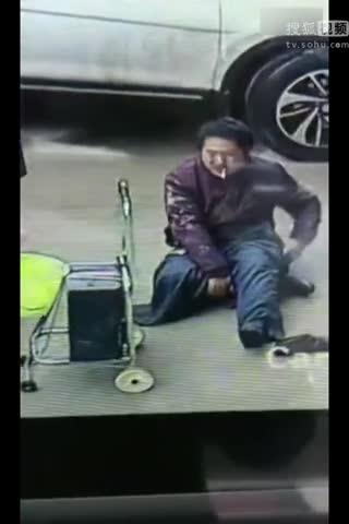 监控拍下乞丐换装:四肢健全秒变独腿