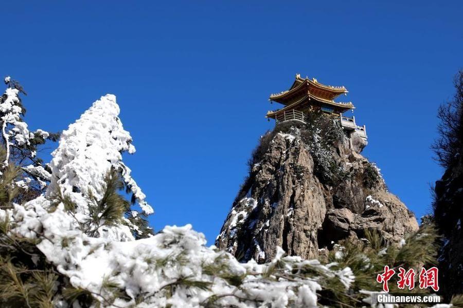 雪后老君山银装素裹 绝壁道观似仙宫