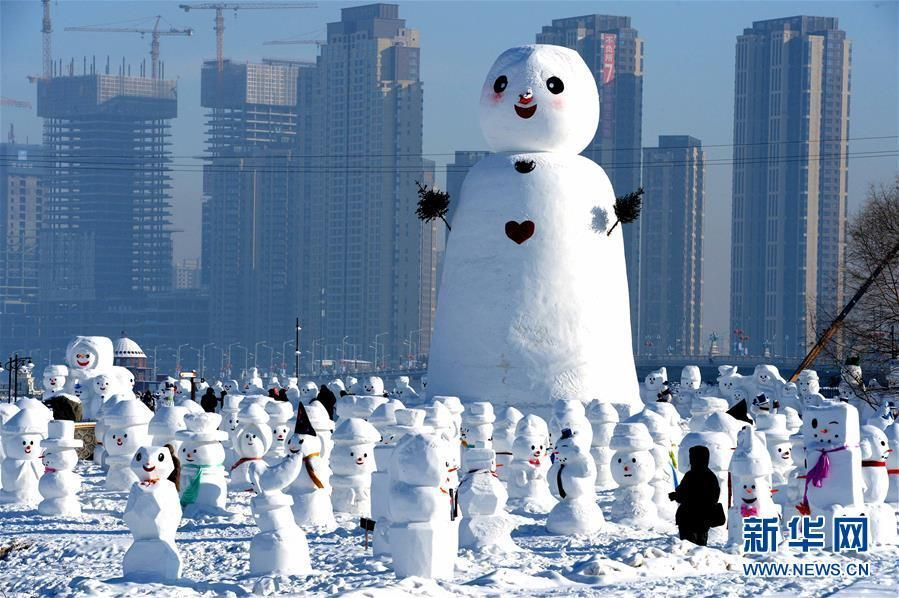 2018座形态各异的雪人雕塑亮相哈尔滨