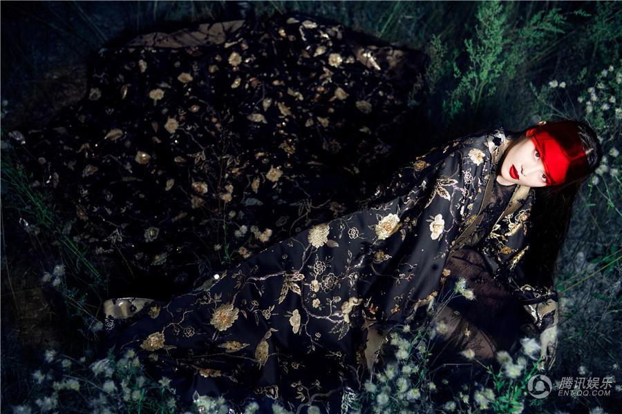 张馨予最新写真上线 化身夜精灵展御姐范儿
