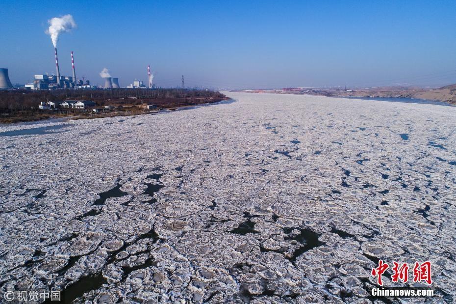 连日低温 黄河宁夏石嘴山段出现冰封景观