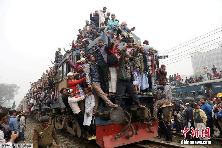 能落脚算你赢!孟加拉国火车人满为患