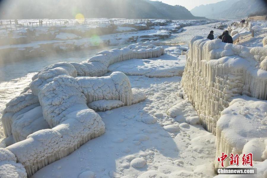 银装素裹!壶口瀑布现冰封雪冻景观
