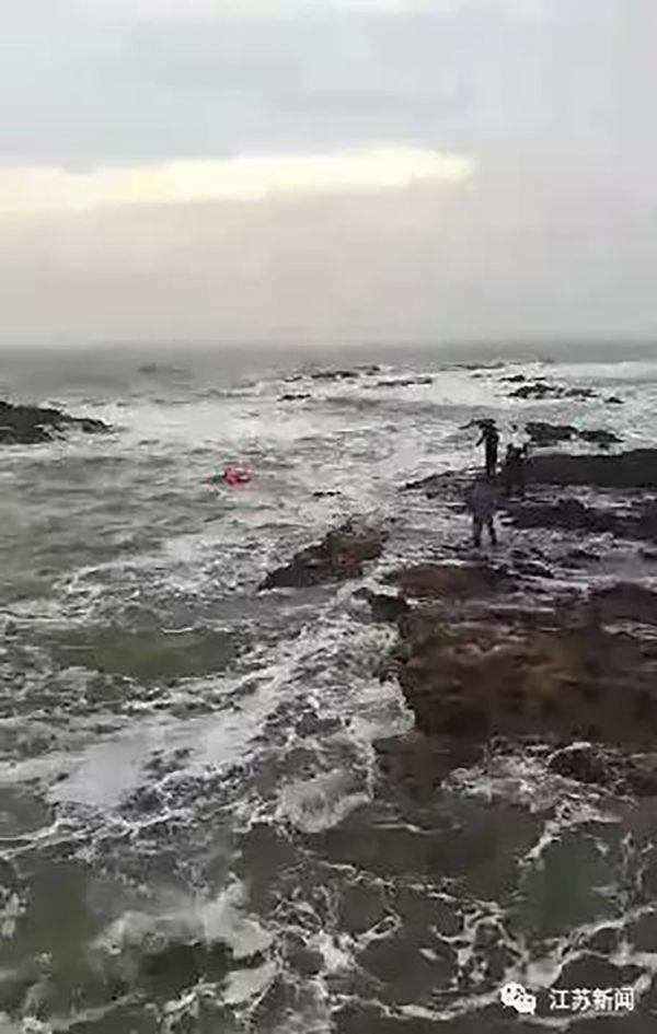 两游客观海景入迷被困礁石 海军军官跳海营救被冻晕