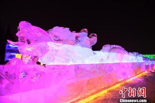 近30米长龙冰灯亮相长春 造型十分威武