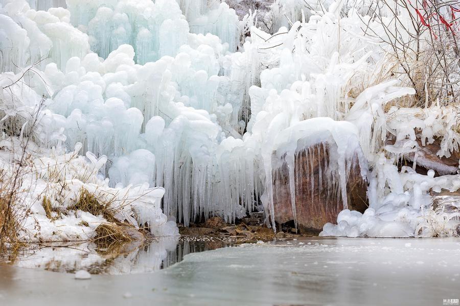 气温突降河南洛阳一山沟惊现冰挂奇观