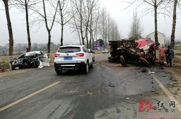 男子抢劫滴滴司机开走车 10分钟后撞车身亡