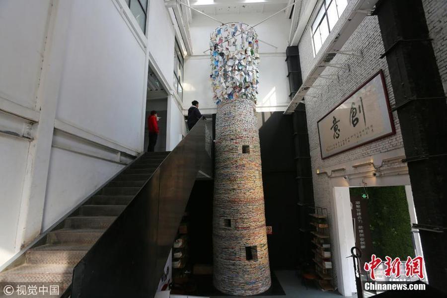 画家将教材堆成高塔