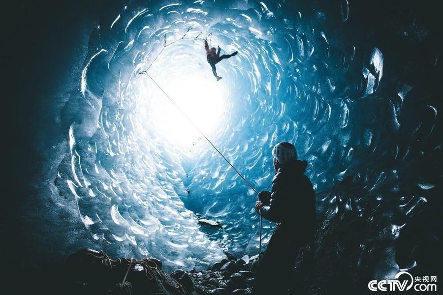 法国探险者探秘神奇冰穴 幽蓝深邃画面唯美