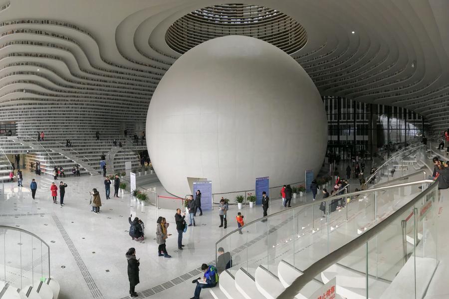 天津滨海图书馆成网红 参观者拍照比读书多