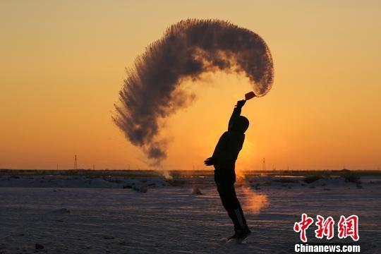"""新疆民众寒冬体验""""泼水成冰""""乐趣"""