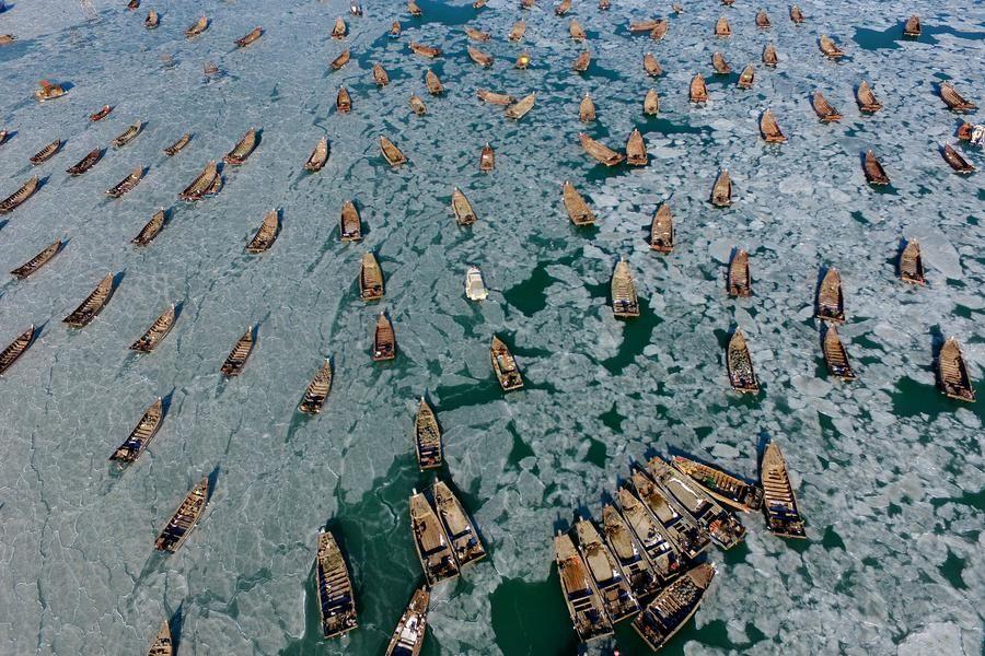 大连海域海冰加剧 大批渔船被冻海面