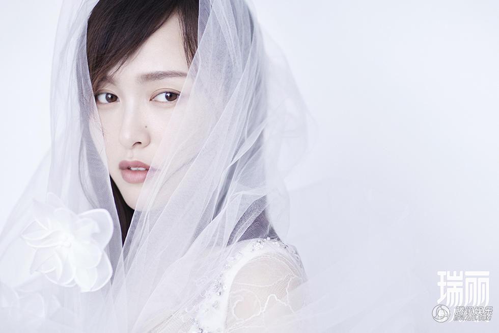 唐嫣杂志封面浪漫来袭 轻柔致美释放纯净魅力
