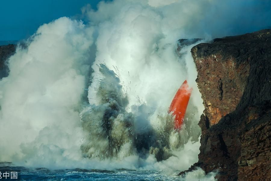 壮观!夏威夷火山悬崖倾塌 岩浆倾泻入海