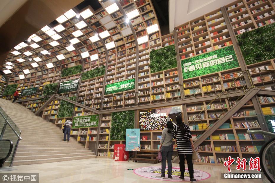 重庆10米高书墙展上万本图书任读者自由品读