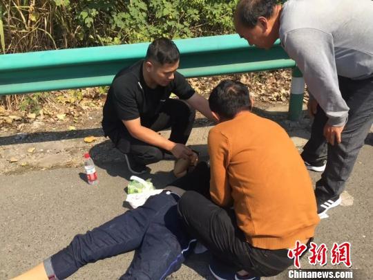 车子高速上侧翻后冒烟 路过小伙奋不顾身救出三人