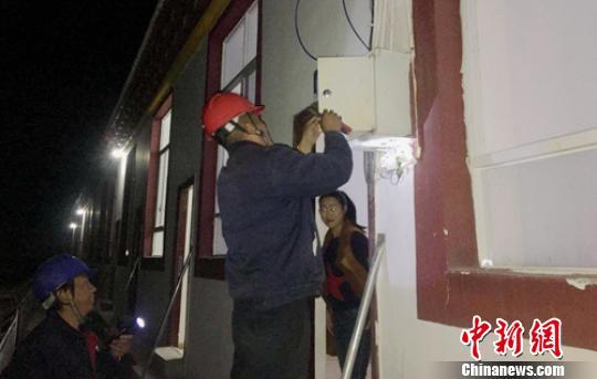 """金沙江白格堰塞湖:电力抢险人员""""照亮""""安置点群众"""