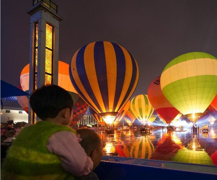 中国热气球表演赛举行