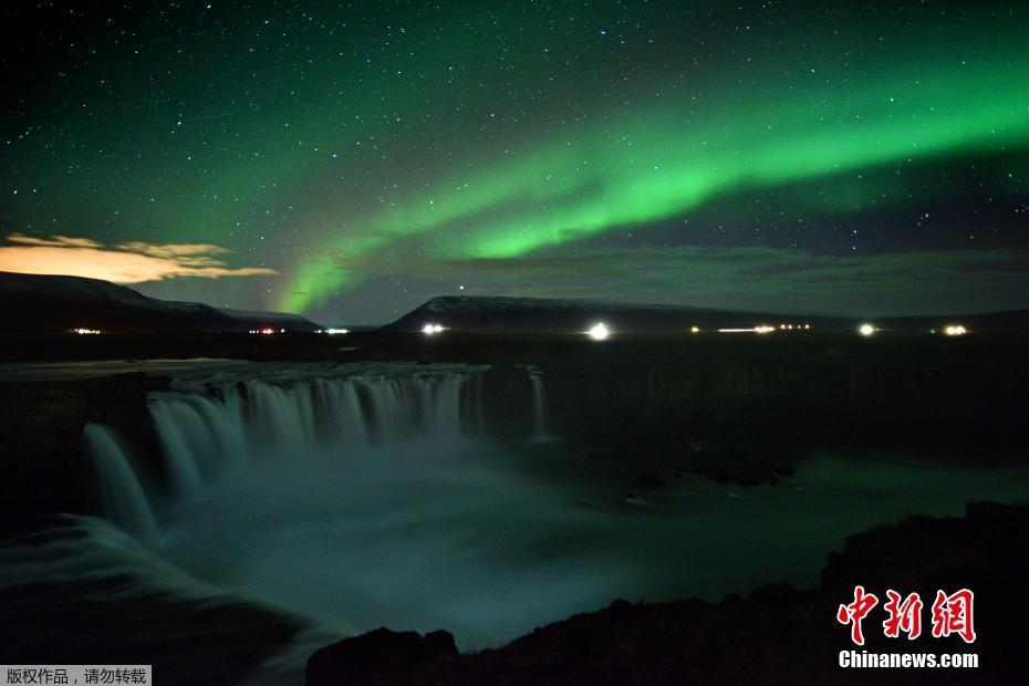 冰岛瀑布上空出现璀璨极光 光影绚烂似童话世界