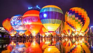贵州兴义:多彩热气球点亮夜空
