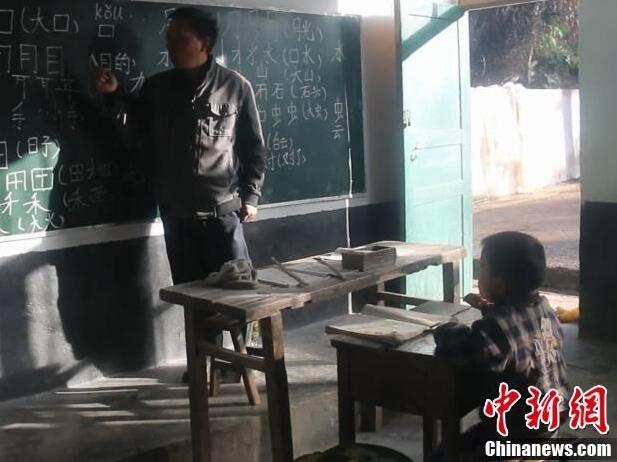 四川达州一山村小学仅剩一名学生 唯一代课老师坚守