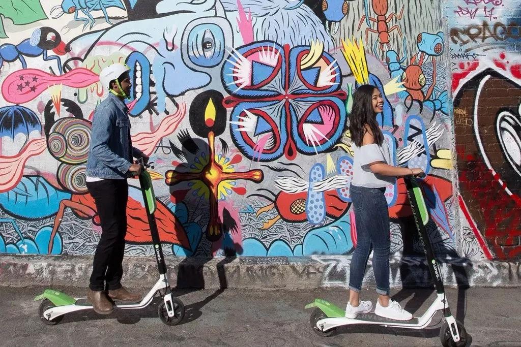 男子骑电动滑板车被摔身亡 法院判销售公司担责50%