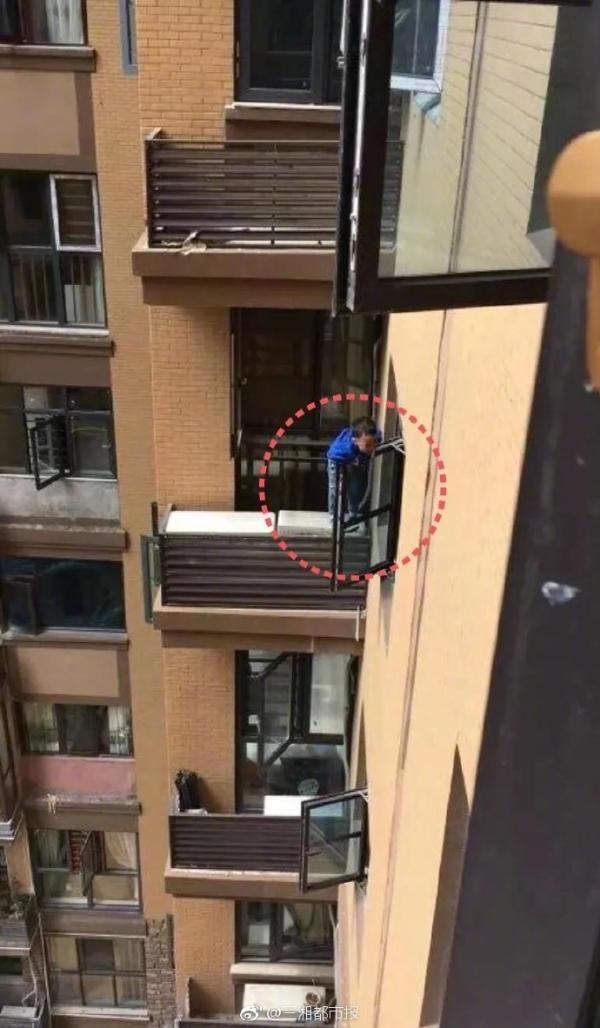惊险!2岁男童从9楼掉下,抓住8楼窗户救了自己一命