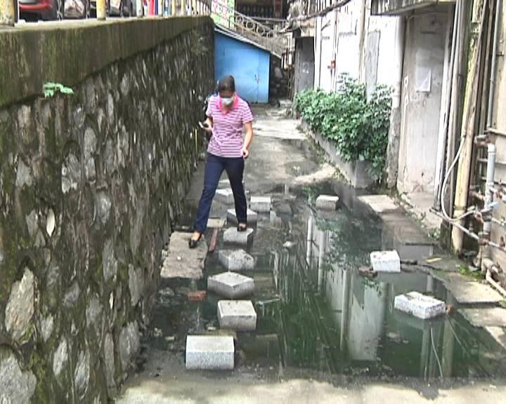 蓬江区一居民楼下污水横流 影响居民出入