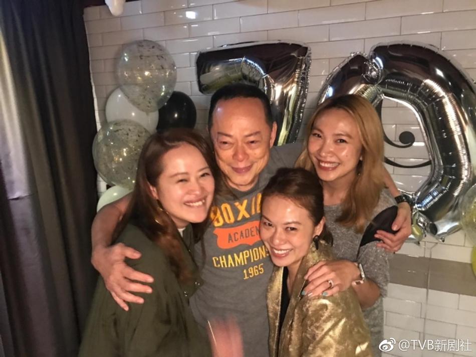 喜极而泣!TVB老戏骨罗乐林70岁大寿获三位女儿庆生