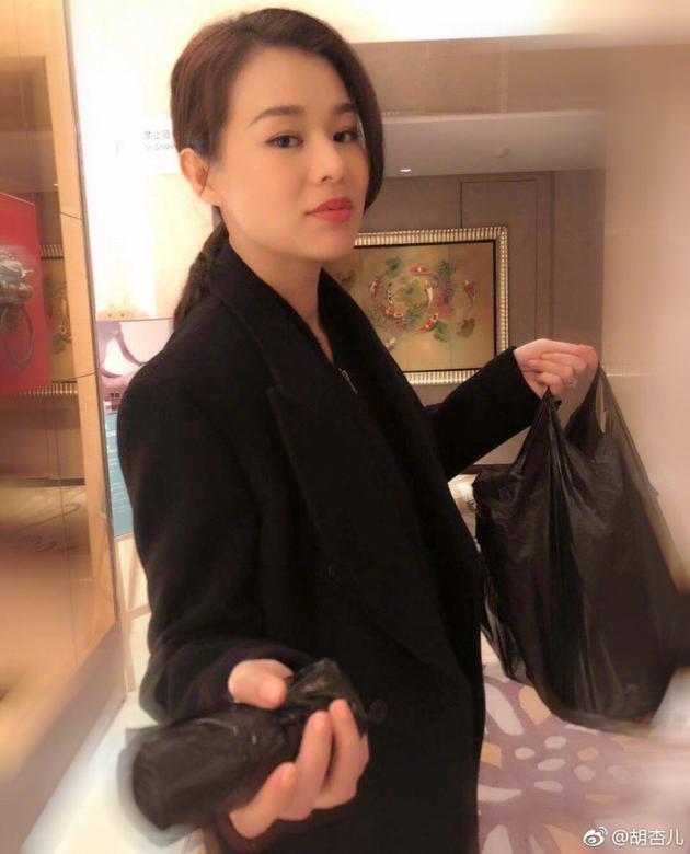 胡杏儿随身携带垃圾袋 被好姐妹刘涛安利成功