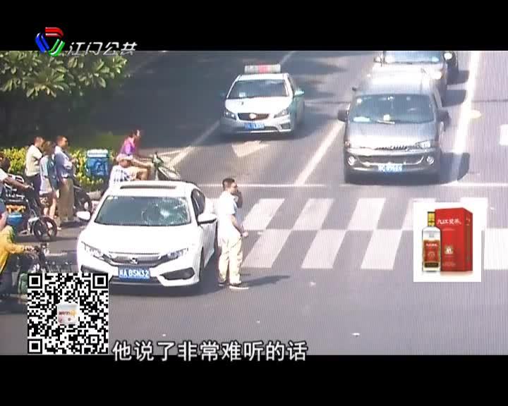 电动车闯红灯险被撞 骑手竟踹碎汽车玻璃