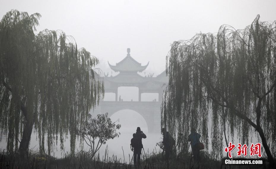 初冬晨雾笼罩瘦西湖