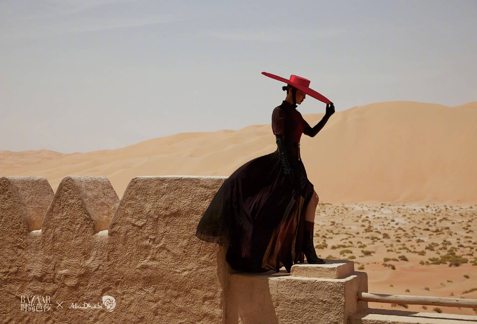 辛芷蕾上演异域风情拍沙漠大片 黑裙红唇展现独特魅力