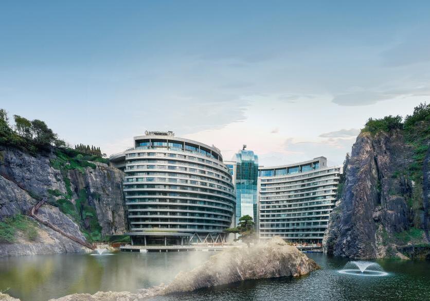 """探访上海""""深坑酒店""""每间套房设有水族馆"""