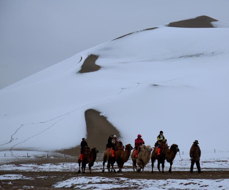 敦煌大漠降雪素颜迎客