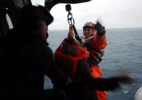 货船在惠来海域沉没11船员遇险 飞机救助船出动救人