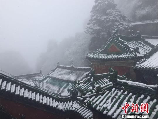 雪落湖北武当山