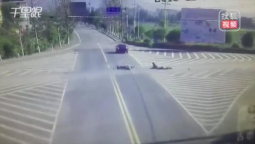 骑手被宝马撞飞重摔倒地