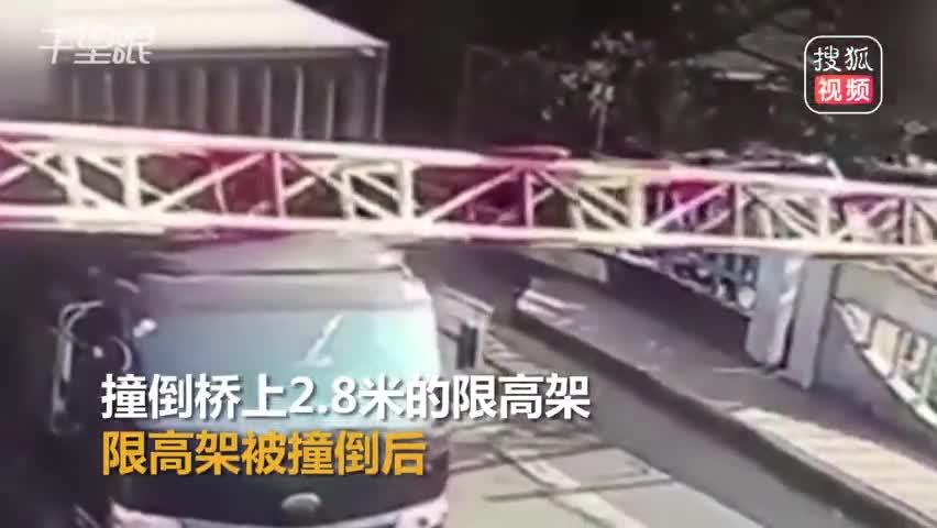 惊险!货车撞倒限高架 过路2名骑车人员险被砸