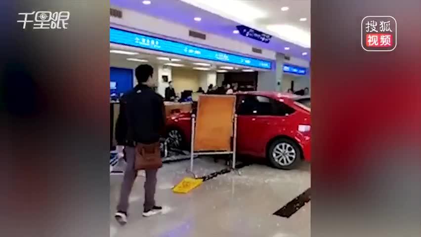 19岁实习女司机闯祸