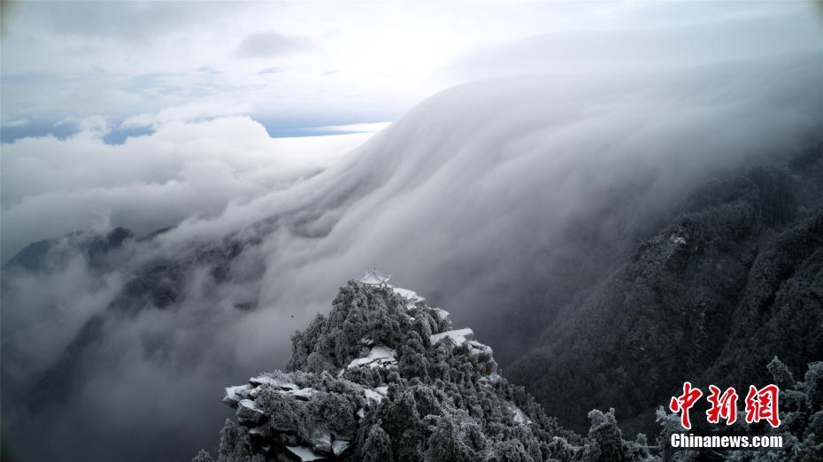 庐山雪后现壮观瀑布云