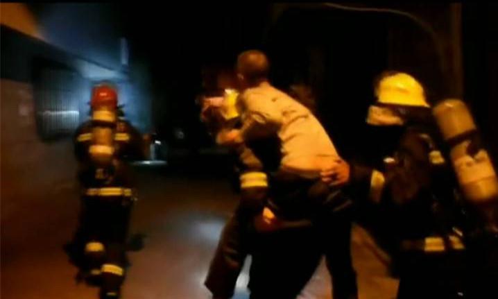 台山民居着火 消防员救出一名被困男子