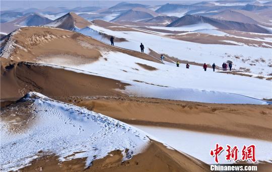 甘肃沙漠雪景风光