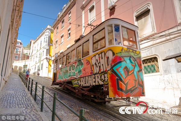 乘格格丽亚升降机 穿梭在葡萄牙里斯本
