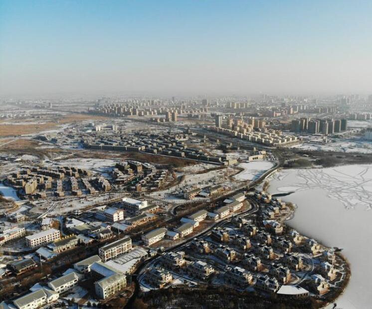 张掖现湖光雪色美景