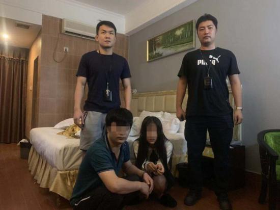 """深圳民警以""""黄色小卡片""""为线索 捣毁一卖淫团伙"""