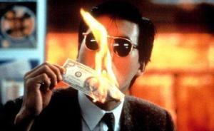 """男子模仿""""小马哥""""用""""百元大钞""""点烟被查:烧的假钞"""