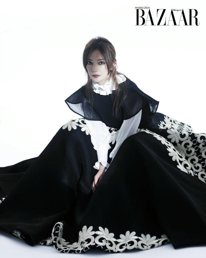 赵薇登越南杂志开年封面 黑天鹅造型高冷