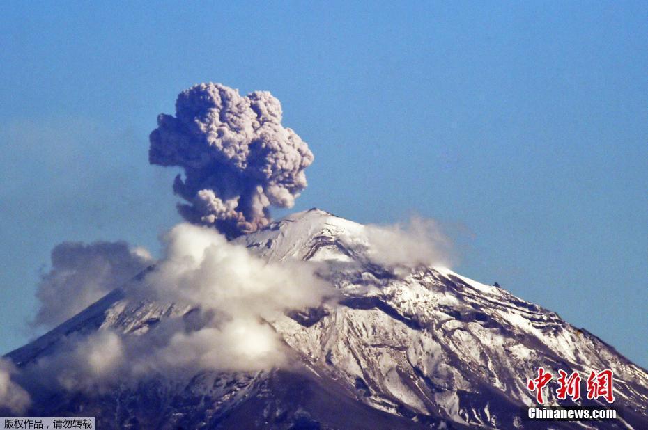 """墨西哥波波卡特佩特火山喷发 形成巨型""""蘑菇云"""""""