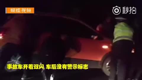 """事故车""""趴窝""""高速路 警民合力将车抬至应急车道"""